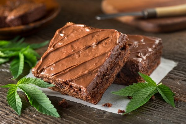 how long do pot brownies take to kick in?